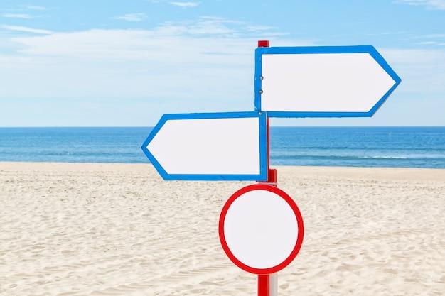 Op het strand bij de zee, het teken voor communicatie.