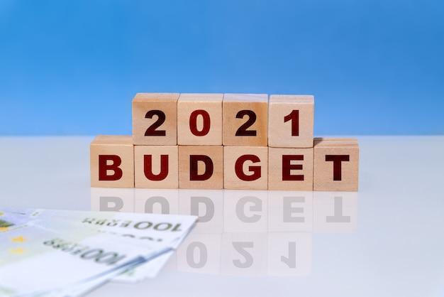 Op houten kubussen budget 2021. bedrijfsplannen en ontwikkelingsvooruitzichten, trends en uitdagingen. opbrengsten en uitgaven, investeringen en projectfinanciering.