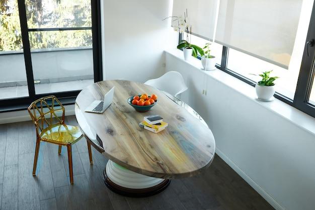 Op maat gemaakte houten tafel in een modern eetkamer decor