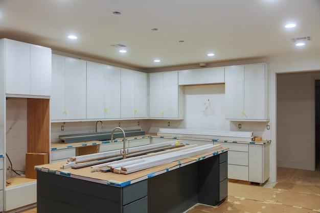 Op maat gemaakte keukenkasten in verschillende installatiefasen