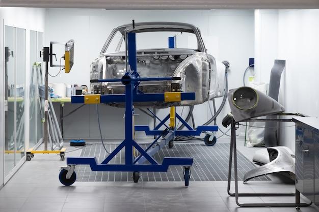 Op maat gemaakte sportwagen in werkplaats.