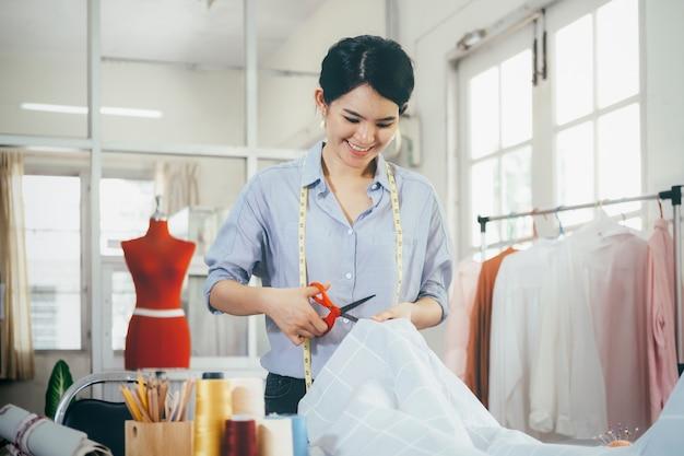 Op maat snijden jurk stof op schets lijn