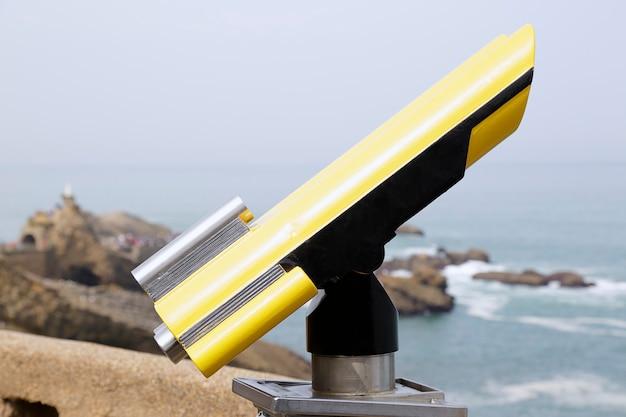 Op munten werkende telescoop aan de kust