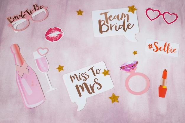 Op roze achtergrondstickers voor vrijgezellenfeest: ring, champagne, stickers