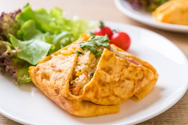 Op smaak gebrachte gebakken rijst in een omeletverpakking