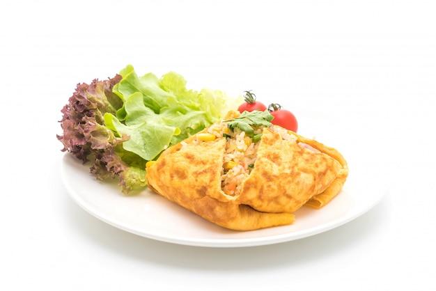 Op smaak gebrachte gebraden rijst in een omelet verpakken