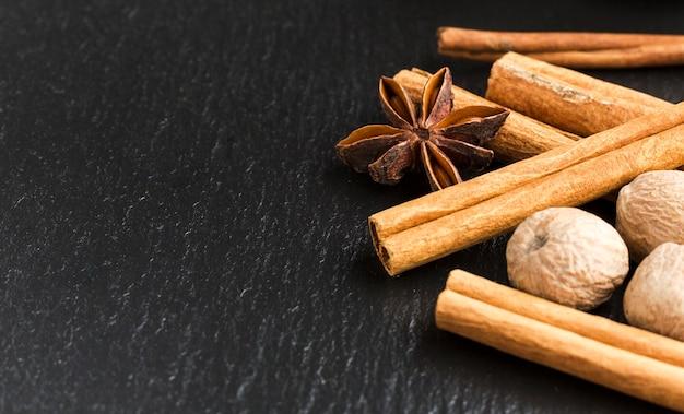 Op smaak gebrachte specerijen op zwarte lijst met exemplaar-ruimte