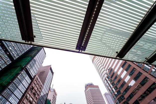 Op straten hong kong. attracties en zakelijke gebouwen van metropool. wolkenkrabbers en parkgebieden. stedelijk landschap aziatische stad. het leven in hongkong. architectuur in stedelijke stad