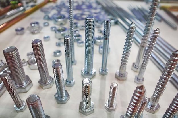 Op tafel liggen diverse zilveren schroeven en andere onderdelen