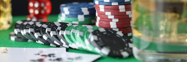 Op tafel liggen fiches voor casinokaarten en een glas alcohol gokverslaving concept addiction