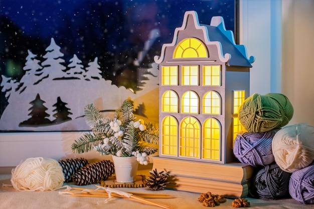 Op vensterbank nachtlampje in de vorm van een oud europees huis