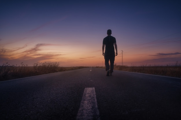 Op weg naar zonsondergang op de osuna-weg andalusië spanje
