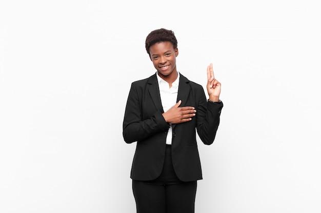 Op zoek gelukkig, zelfverzekerd en betrouwbaar, glimlachend en overwinningsteken, met een positieve houding
