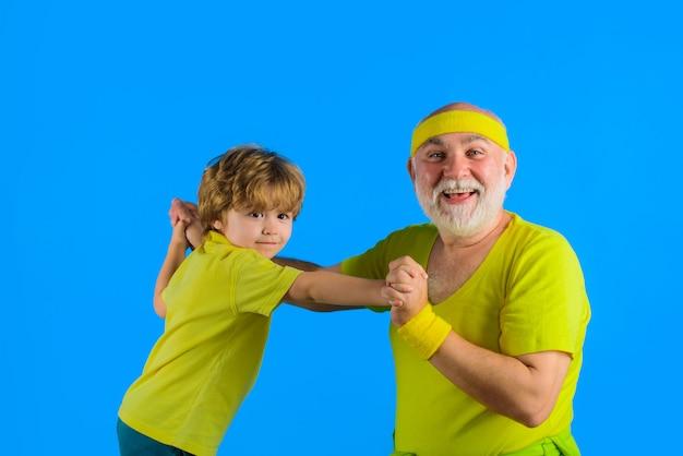 Opa en kind spelen en vechten sportspel familie tijd sportieve grootvader en kind spelen