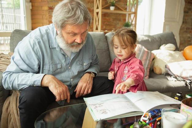 Opa en kleinkind spelen samen thuis