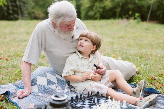 Opa en kleinzoon kijken elkaar aan