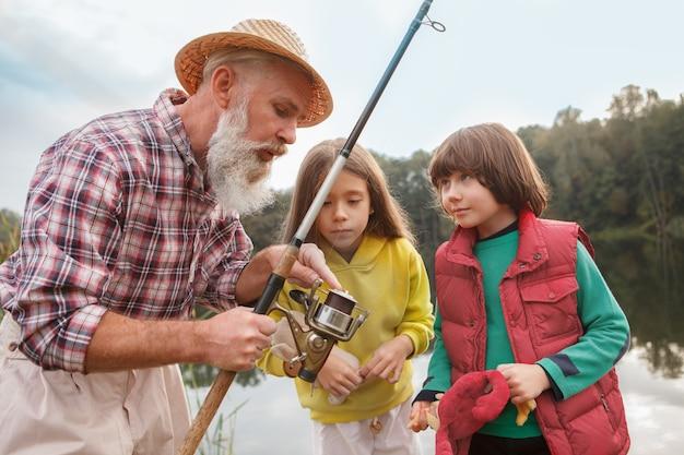 Opa en zijn twee kleinkinderen vissen