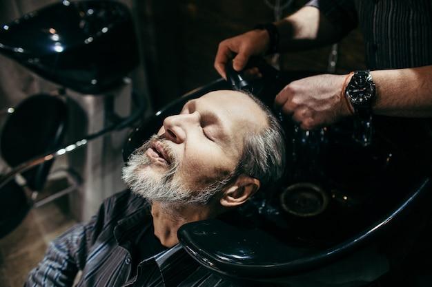 Opa kapsel bij de kapper in de kapper