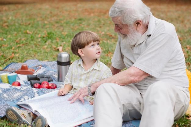 Opa vertelt verhalen aan kleinzoon