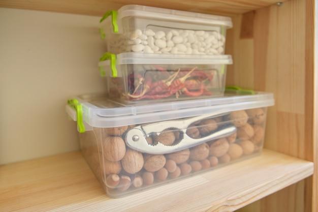 Opbergkast in de keuken met houten planken met voedsel