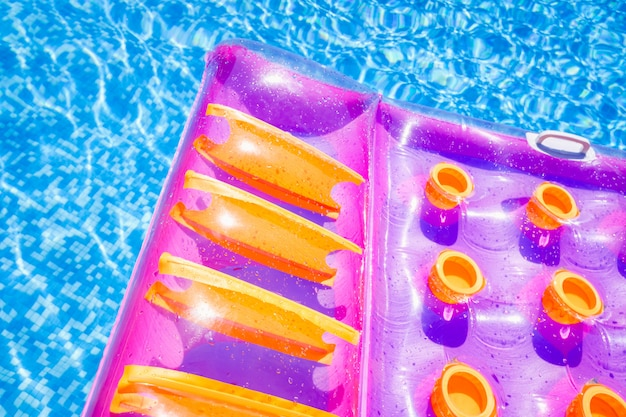 Opblaasbare drijvende mat in een zwembad in de zomer