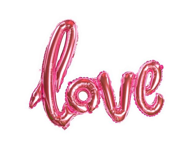 Opblaasbare letters liefde in koraal kleur op een witte achtergrond plat lag bovenaanzicht