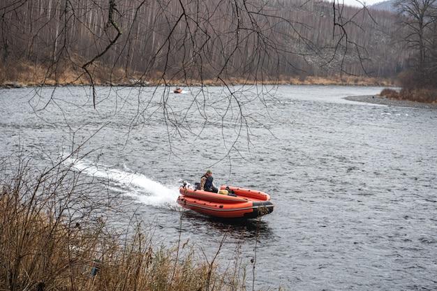 Opblaasbare motorboot. vissersboot op een bergrivier. anyui-rivier.