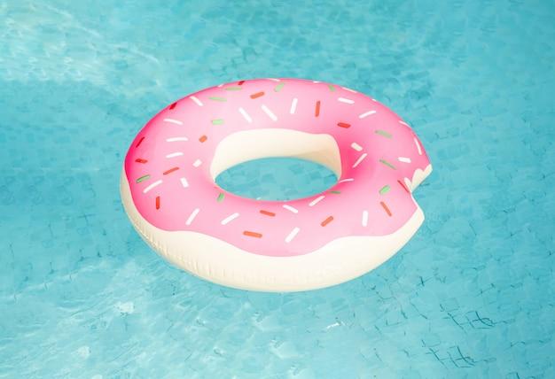 Opblaasbare zwemmen ring drijvend in het zwembad