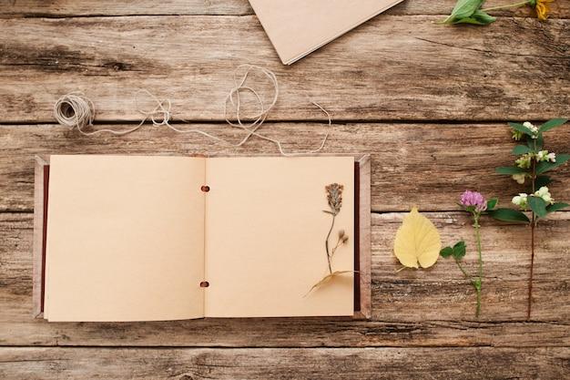 Open album met herbarium op pagina,
