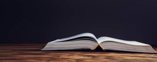 Open antiek boek op de houten tafel