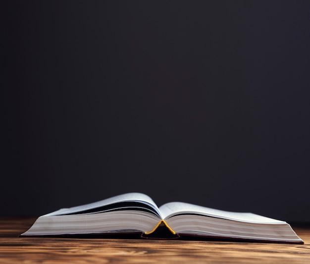 Open antiek boek op de houten tafel.