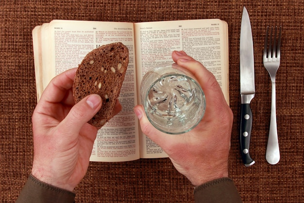 Open bijbel geestelijk eten en drinken