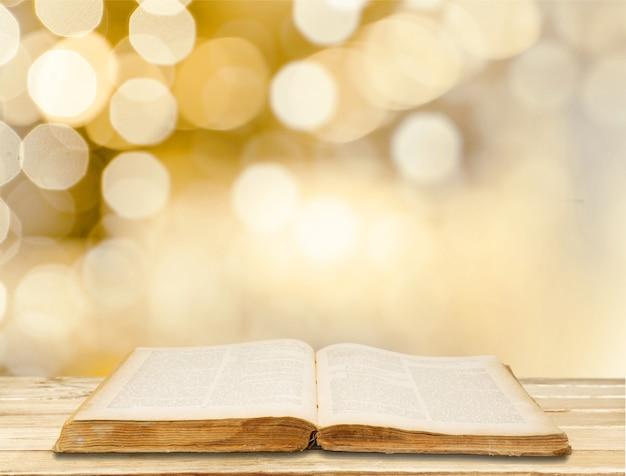 Open bijbelboek op achtergrond