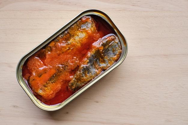 Open blikje sardines met tomaat van bovenaf gezien en kopieer de ruimte