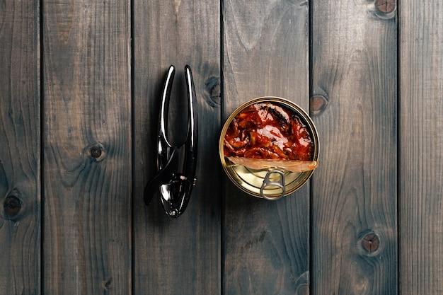 Open blikjes ingeblikte vis op grijze houten tafel