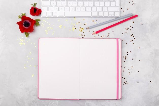 Open blocnote en kleurrijke potloden