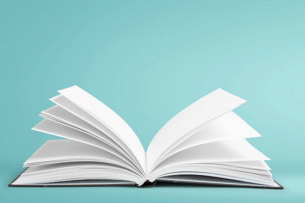Open boek geïsoleerd op wit en letters