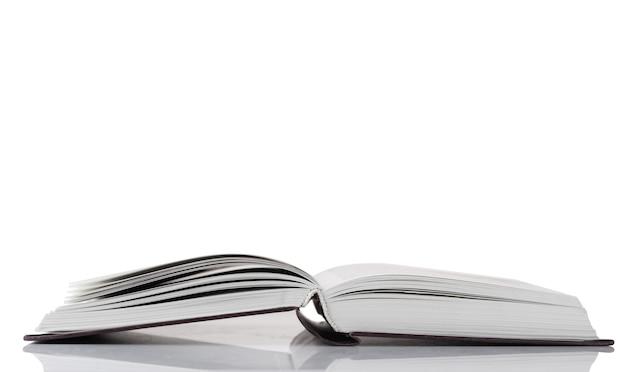 Open boek geïsoleerd
