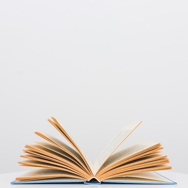 Open boek met blauwe hardcover