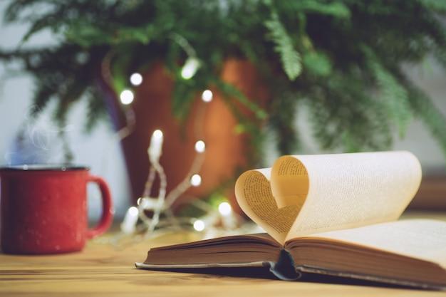 Open boek met een hartvormige pagina. kennis, onderwijs of liefdeconcept
