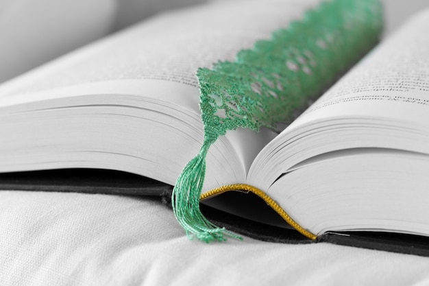 Open boek met groene bladwijzer