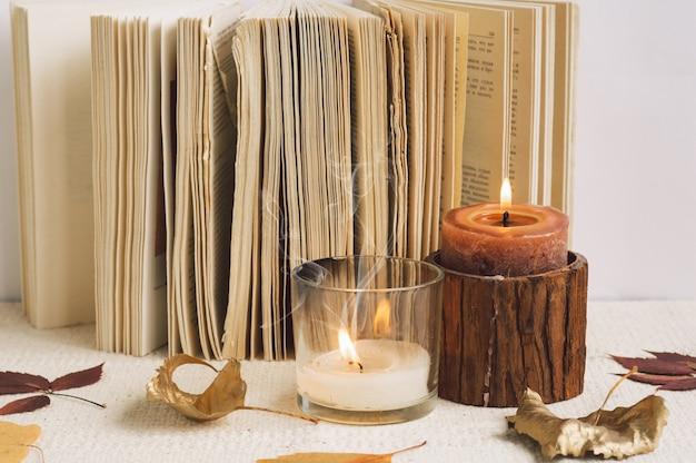 Open boek met kaarsen. lezen