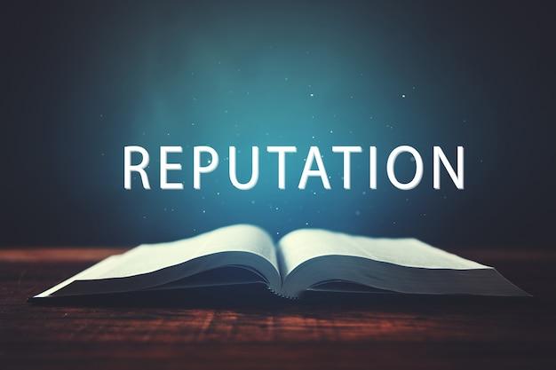 Open boek met reputatie-inscriptie op een donkere ondergrond