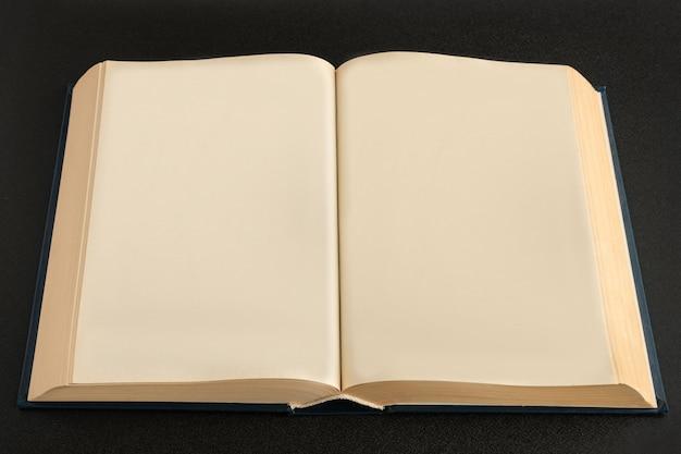 Open boek of kladblokmodel met blanco pagina's op zwarte ruimte.