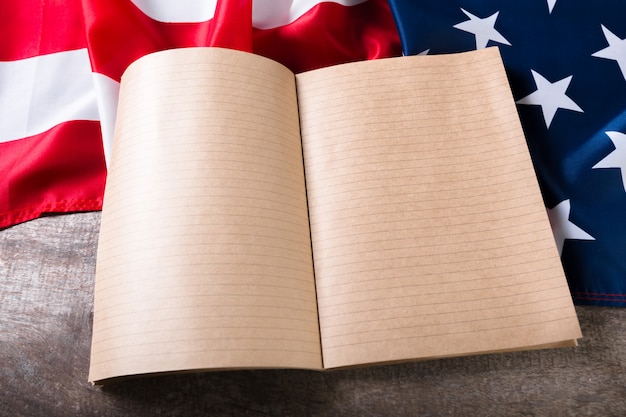 Open boek op amerikaanse vlag