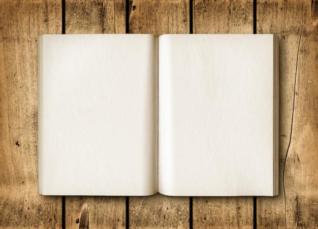 Open boek op een bruine houten tafel