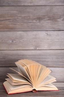 Open boek op een grijze houten tafel
