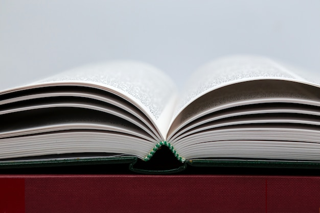 Open boek op grijs