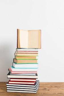 Open boek op levendige stapel