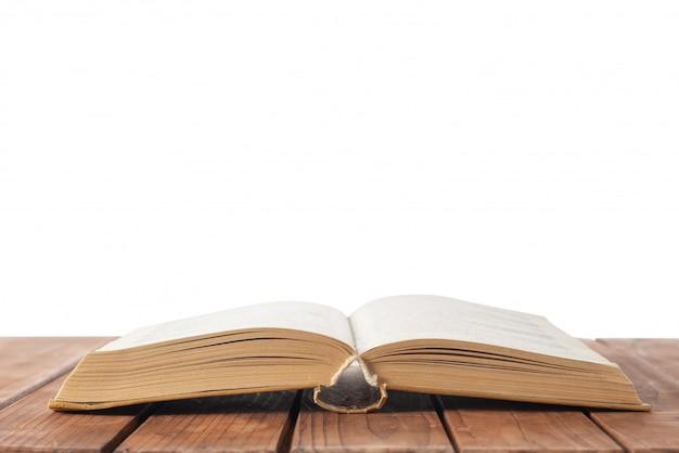 Open boek op tafel op wit geïsoleerd